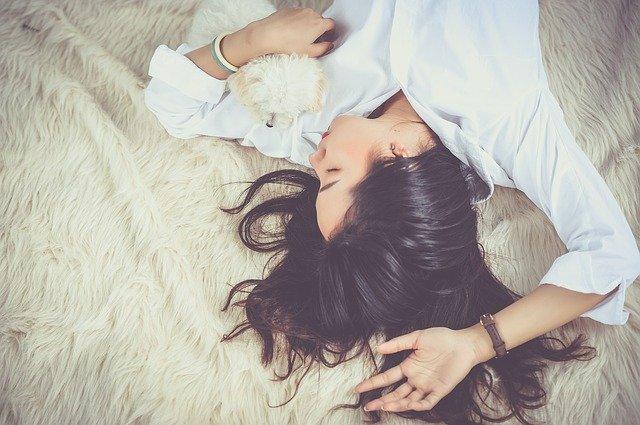 spánek s pejskem