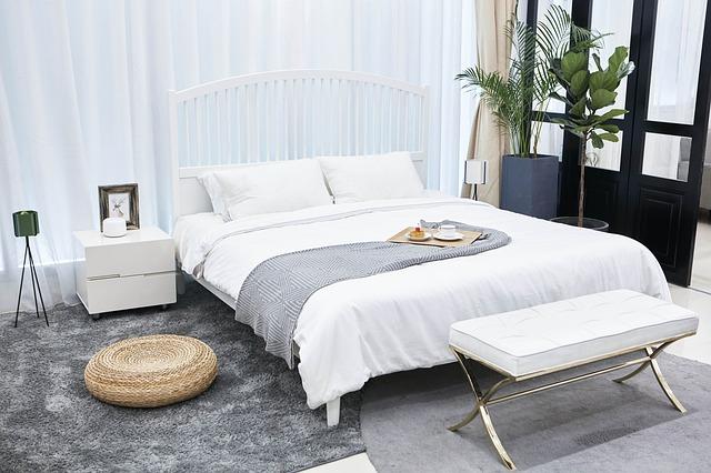 noční stolek u postele