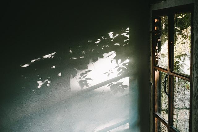stín na zdi