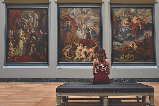 žena v galerii