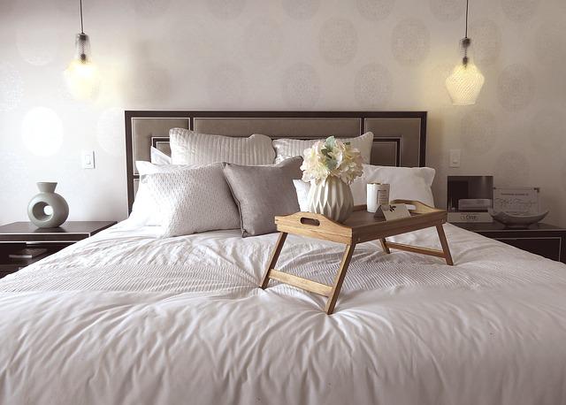 podnos na posteli