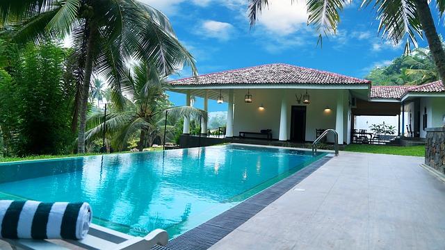 bazén na zahradě vily