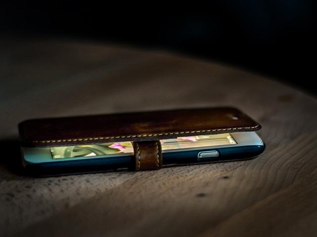 flipové hnědé kožené pouzdro – skryje pěkně celý mobil
