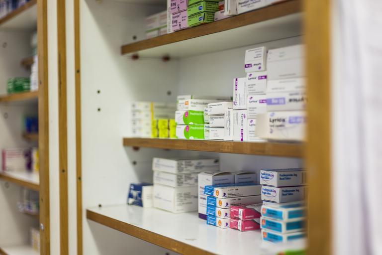 regál v lékárně