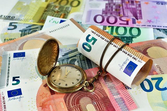 bankovky a zlaté kapesní hodinky