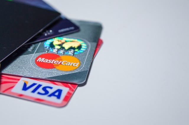 tři bankovní karty