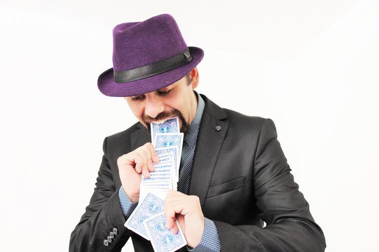 kouzelník provádějící karetní trik