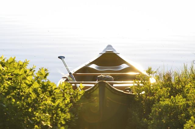 vodácká kánoe na jezeře