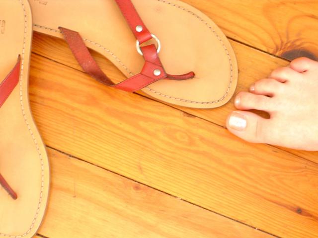 žabky na dřevěné podlaze