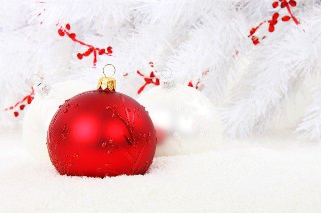 kombinace bílých a červených vánočních ozdob