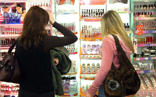 pár dívek nakupující v obchodě s kosmetikou