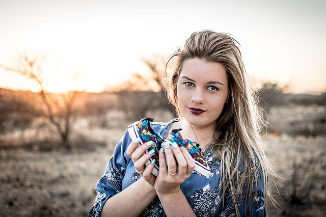 žena s botičkami