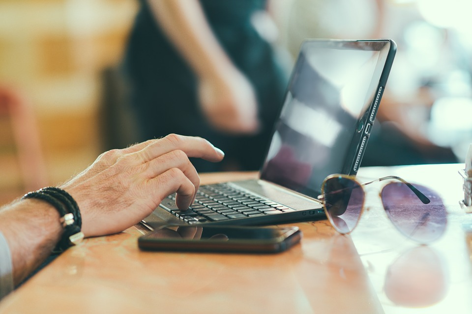 psaní na laptopu
